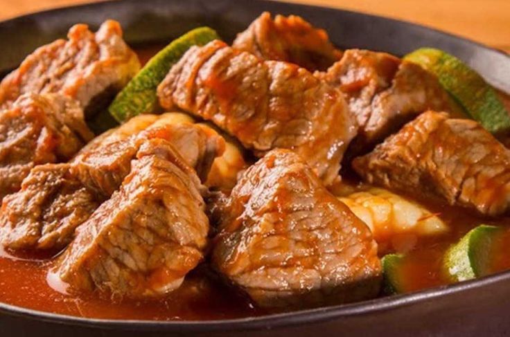 Receta para preparar mole de olla en olla express. Aprenderás a cómo hacerlo de manera fácil y rápida con chambarete de res y verduras en un caldo delicioso