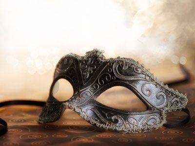 I lavoretti di Carnevale - Per le bimbe e le ragazzine, può essere divertente creare questa maschera. Vi serviranno un cartoncino spesso, la forma -che potete scaricare da internet- e dei pennarelli e dei glitter da applicare.