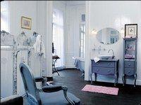 """Castorama, gammes Pompadour et Belle epoque - Déco de salle de bains, aménager sa salle de bains, douche - Un univers poudré, de gris et de rose, pour cette salle de bains telle un salon au charme suranné. Une baignoire """"pattes de lion"""", des meubles rétro patinés dans une teinte sourde..."""