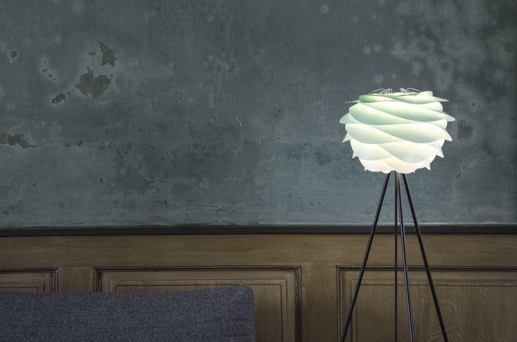 Lampenkap Carmina Mini Turquoise is een koel gekleurde opvallende kap van het Deense merk Vita en is te plaatsen op een voet of te hangen aan een pendel en is nu verkrijgbaar bij Furnies.nl voor €69,- ! (Voet/pendel en lichtbron apart verkrijgbaar.)