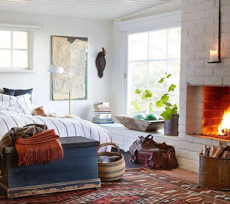 Djup möblerbar fönsternisch framför stort fönster, exempelvis i vardagsrum.