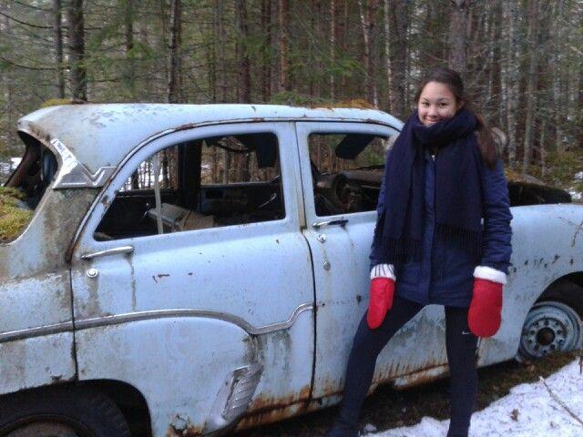 I skogen ved Kolsrud står en gammel sjarmerende bil