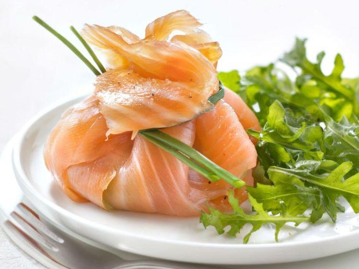 Geräucherter Lachs Ballotin mit Avocado und Kräutern