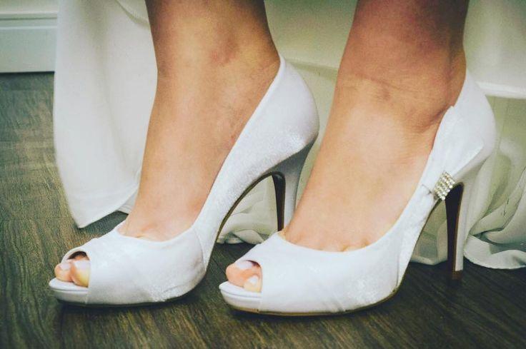 Sapato de noiva �� lindíssimo da marca Paloma. Com laço do lado e strass e salto com solado vermelho estilo Louboutin ✨Usado somente 1 vez✨ (no meu casamento hehe) Tamanho 36 Comprei por: R$300,00 Estou vendendo por: R$200,00  Muito barato, pode ser que eu desista de vender haha��  #noiva #bride #sapatodenoiva #bridesshoes #brecho #brechodecabotine http://gelinshop.com/ipost/1518519939990955063/?code=BUS3dcHgiQ3