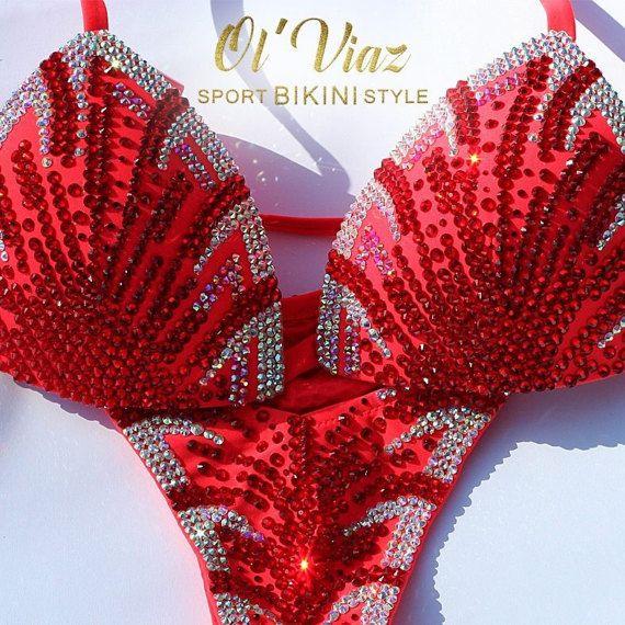 Naranja y rojo metálico Spandex Bikini traje con diamantes de imitación superior e inferior. Parte superior está adornado con diamantes de imitación más conectores con piedras preciosas. Parte inferior del Bikini de cristal decoradas cristales y tiene los conectores de la joyería adecuada. Esta naranja y rojo Spandex Bikini de competición con cristales traje listo para ordenar. Tamaño copa: A, B, C, D Inferior del tamaño: S, M • Si quieres que este Bikini de cristal en diferentes colores…