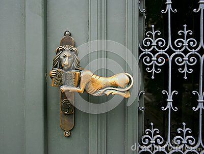 A golden lion clench on a door