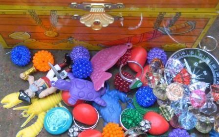 «Je suis nulle pour organiser une chasse au trésor, aidez-moi marchande de jouets» me dit-on régulièrement… Alors je dis à la mum ou au pôpa venu dans le magasin remplir sa hotte de ballons, peti…