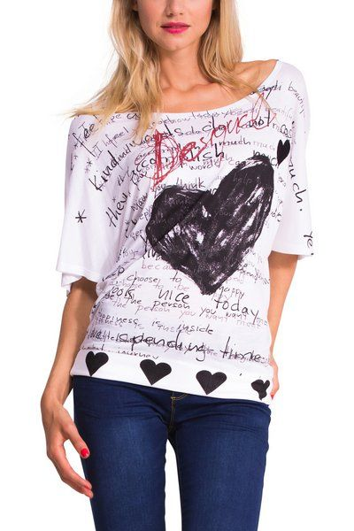 We're filling your look with nice words this season, and we're doing it with our most Desigual icons: hearts and scribbles... This oversized T-shirt is fresh, comfortable, and includes phrases that'll make you smile.