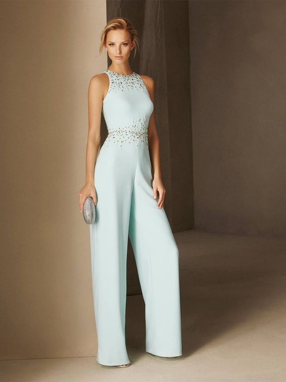 e0d94aa93 Vestido de fiesta y su peinado recogido rubio informal traje pantalon azul  pastel pedreria en Cordoba