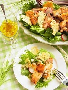ハーブチキンとクロカンテ(チーズチップス)のごちそうサラダ