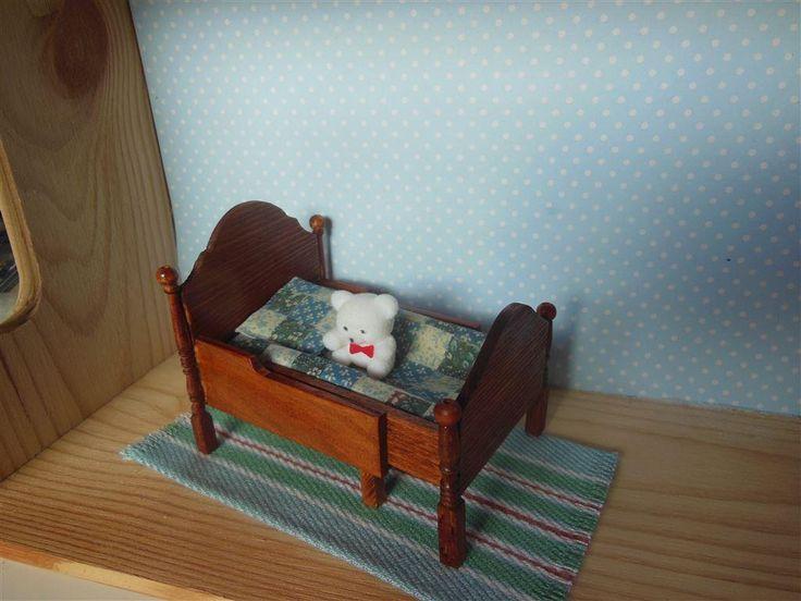 Handgjord utdragssäng till dockskåp 1:12 på Tradera.com - Skala 1:12,