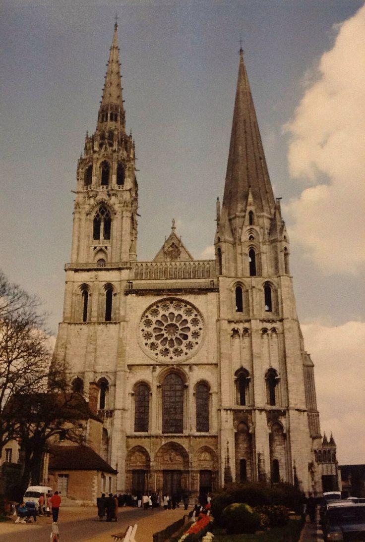 De kathedraal van Chartres in Noord-Frankrijk met de wereldberoemde gebrandschilderde ramen. (1990)