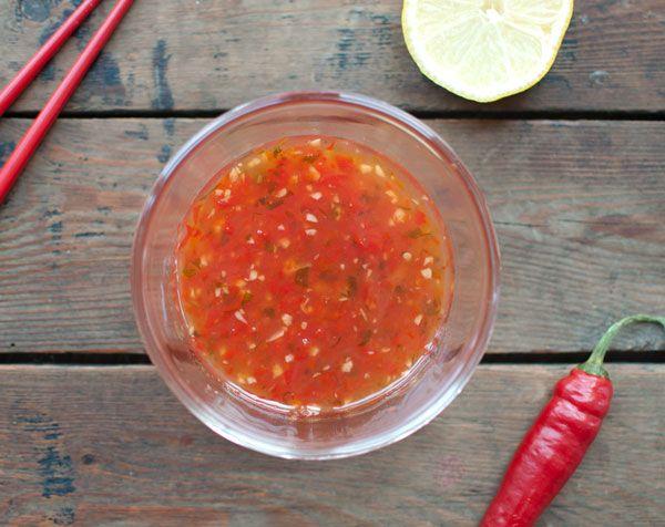 Zelf zoete chilisaus maken; makkelijk en veel lekkerder dan de kant en klare versie. Zonder e-nummers en klaar in een kwartier. Wat wil je nog meer!