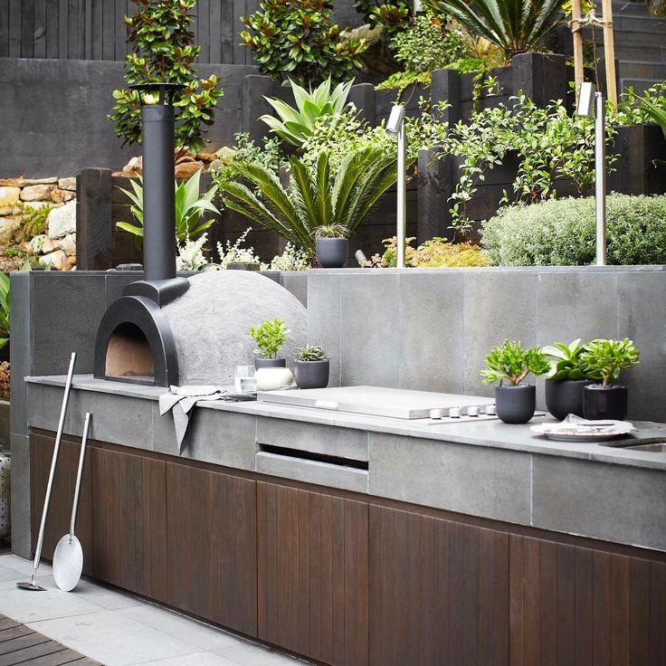 Ich habe den Kontrast zwischen dieser schlichten, modernen Küche und dem dahinter liegenden weichen Pflanzschema immer geliebt. Mosman-Projekt.