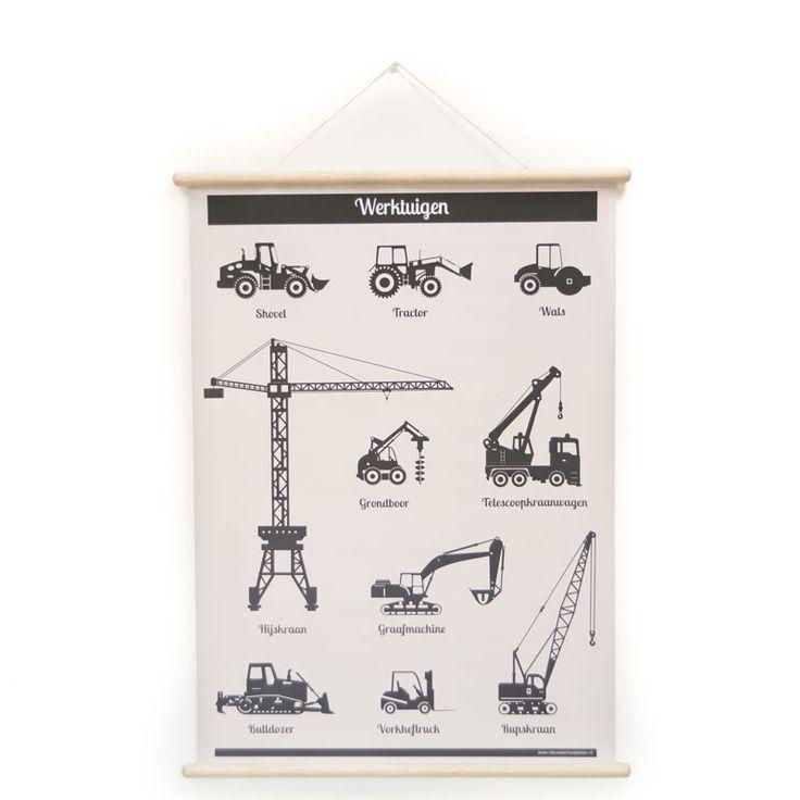 Plakat med traktor, gravko, kranvogn og mange flere i monokrom look fra Hollanske Little and Pure, som laver et hav af fede skoleplakater til både stuer, børneværelser og køkkener. Plakaten er lavet med rundstokke i både top og bund, og kan derfor hænges op helt rå. Det rå udseende er ideel til retrostilen, det monokrome og den nordiske stil vi i Danmark benytter os meget af.