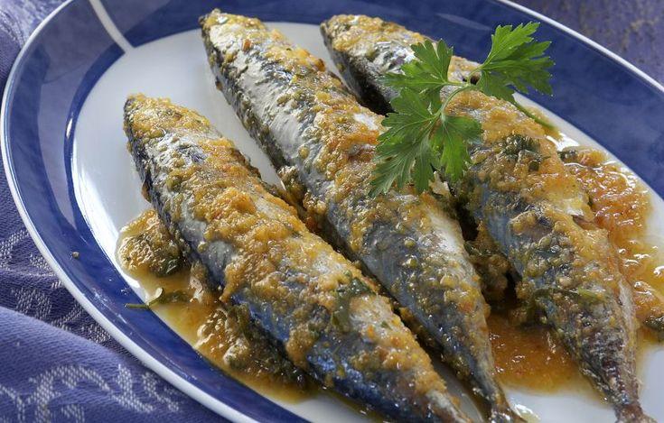 Σκουμπριά με σάλτσα λαχανικών Υλικά:  4 μεγάλα σκουμπριά (περίπου 300 - 400 γρ. το καθένα), καθαρισμένα 1 μεγάλο ξερό κρεμμύδι, χοντροκομμένο 1 μέτριο καρότο, κατά προτίμηση βιολογικό, σε χοντρές ροδέλες 1 μεγάλη ώριμη ντομάτα 4 σκελίδες σκόρδου, ολόκληρες, ξεφλουδισμένες 2 κλωνάρια σέλινο, χοντροκομμένα 100 ml ελαιόλαδο 1 κουτ. σούπας φύλλα βασιλικού, ψιλοκομμένα (ή 1/2 κουτ. γλυκού ξερός βασιλικός, τριμμένος) 100 ml λευκό κρασί 1/2 κουτ. γλυκού μαύρο πιπέρι, φρεσκοτριμμ..
