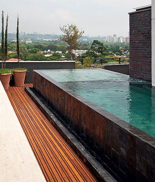 O dono desta cobertura pediu ao paisagista Gilberto Elkis uma piscina que se estendesse pela lateral do apartamento. Para aproveitar a vista e dar uma sensação de amplitude, ela foi feita com borda infinita. Pedras vulcânicas revestem o tanque