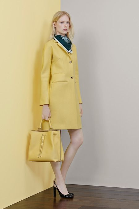 #Love the #Custard #Color of the bag and coat. #Colortrend #Pantone