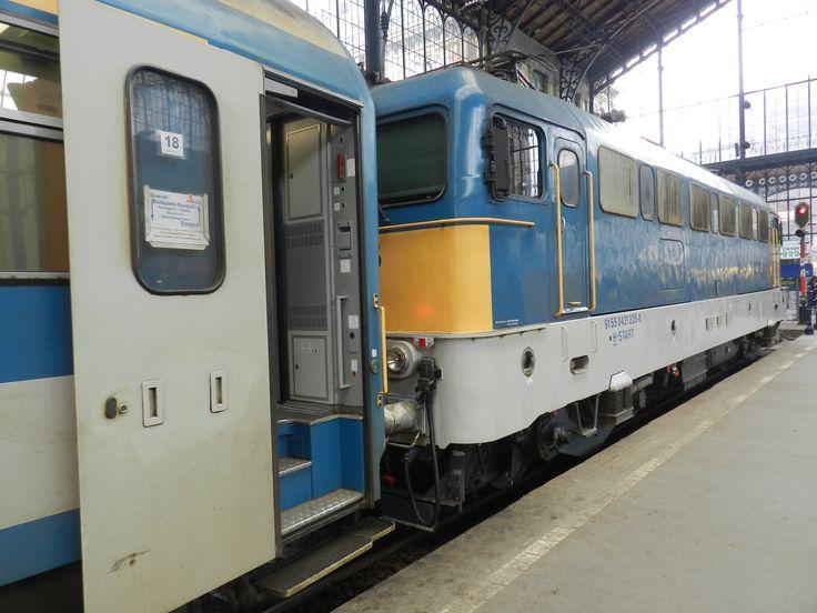 A reggeli (talán a 707-es Napfény) IC-vel érkezett a 431-225 mozdony. Az IC iránytábláját már megfordították (vagy így állt eddig is, csak héber módra jobbról balra, és alulról felfelé olvasták???), hogy rövidesen a 732-es IC-ként induljon vissza Szegedre.