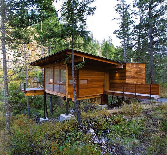湖のほとりにたたずむ、シンプルな小屋。環境になじんでいる。