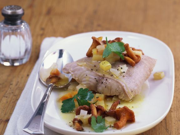 Wallerfilet mit Pfifferling-Kartoffel-Soße ist ein Rezept mit frischen Zutaten aus der Kategorie Fisch. Probieren Sie dieses und weitere Rezepte von EAT SMARTER!