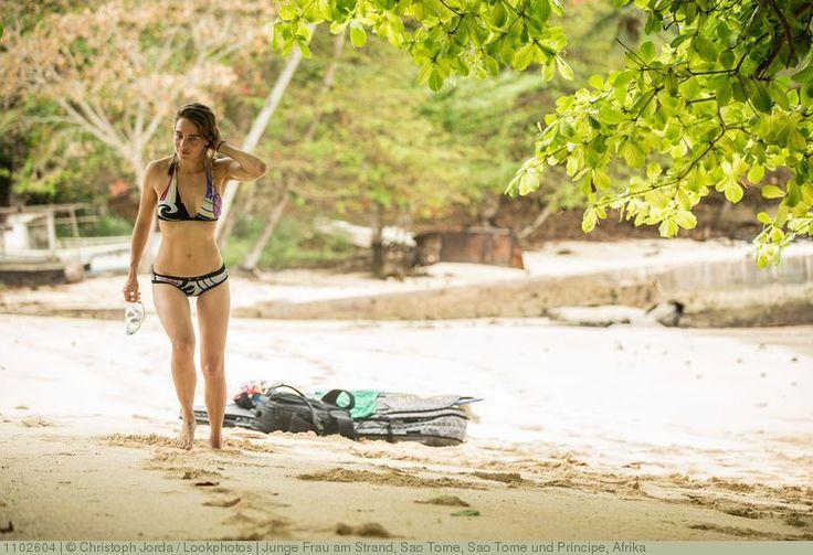 Junge Frau am Strand, Sao Tome, Sao Tome und Príncipe, Afrika