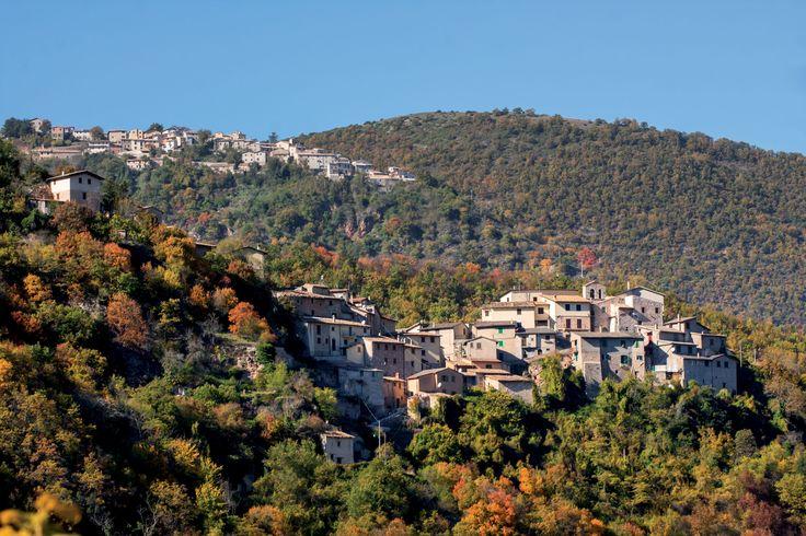 Roccatamburo sorge su uno sperone che rapidamente degrada su tre lati. La tipologia urbanistica è quella del castello, eretto a dominio della Valle del Tissino, perfettamente allineata con i centri di Usigni, Poggiodomo e Rocchetta, lungo l`itinerario, che provenendo dalla Sabina e da Monteleone di Spoleto, raggiungeva il nodo stradale di Cerreto di Spoleto. Mucciafora, frazione del Comune di Poggiodomo, m 1070 s.l.m., sorge sul crinale di una collina in posizione di guardia sulle…