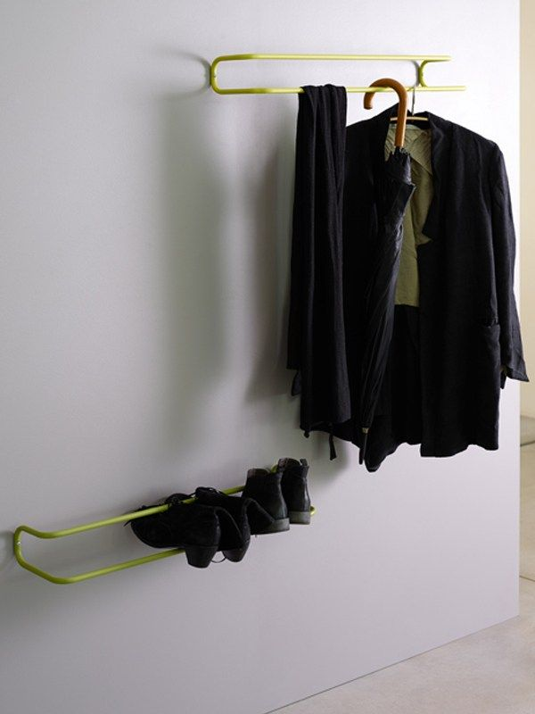Porte-manteau mural en aluminium TAKE OFF YOUR SHOES AND JACKET Collection Take Off by Ex.t   design Ariane März