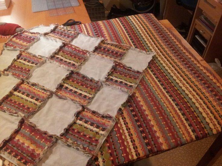 Har laget madrass til lekegrind og et lappeteppe til.