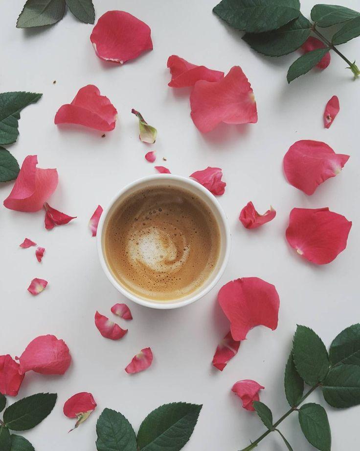 ☕ #morningcoffee#coffee#coffeelööööv #coffeelover #butfirstcoffee #itsallaboutcoffee #onthetable #onabedofroses