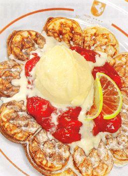 Wafles con helado de vainilla y frutas saltadas