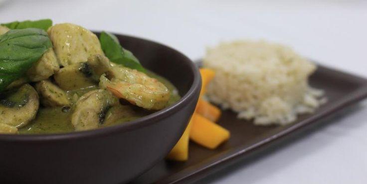 ::Curry verde:: Preparación tailandesa hecha a base de camarones, pollo y champiñones, acompañada con arroz basmati y fruta fresca.