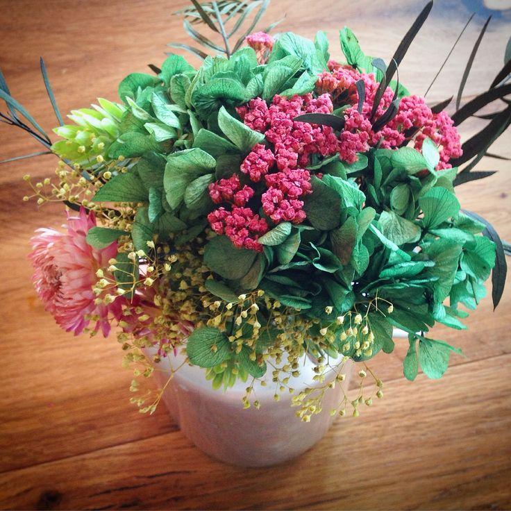 Lechera antigua con flores preservadas.
