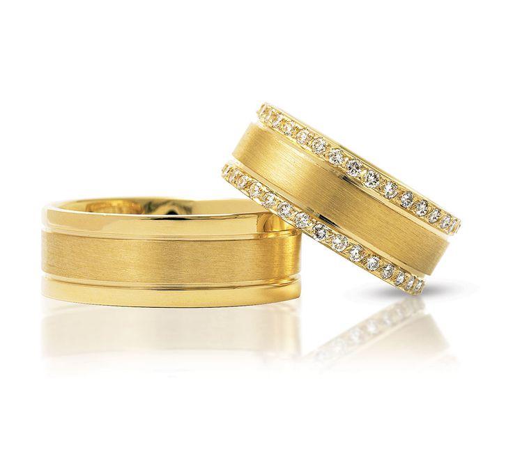 Smukt sæt vielsesringe fra NURAN med blanke og matte overflader. Dameringen har ikke mindre en 0,70 CT diamanter isat! En vielsesring der vækker opsigt og misundelse :) #diamanter #vielsesring #smykker #NURAN #bryllup