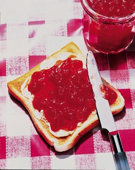 Džem z míchaného ovoce 1150 g míchaného ovoce, např. meruňky, jahody, maliny 500 g kryst cukru 1-2 lžičky kyseliny citrónové Dr.Oetker 1 x balení Dr.Oetker GELFIX Extra 2:1  Ovoce nakrájíme nebo rozmačkáme. Vložíme do nízkého kastrolu.   Z cukru odebereme 2-3 lžíce a promícháme s Gelfixem. Rozmícháme s ovocem a kyselinou citrónovou. Za stálého míchání  k varu, přidáme za míchání zbytek cukru a opět  k varu 1 min a pak odstavíme. Sebereme  pěnu a plníme sklenice, zavíčkujeme, otočíme dnem…