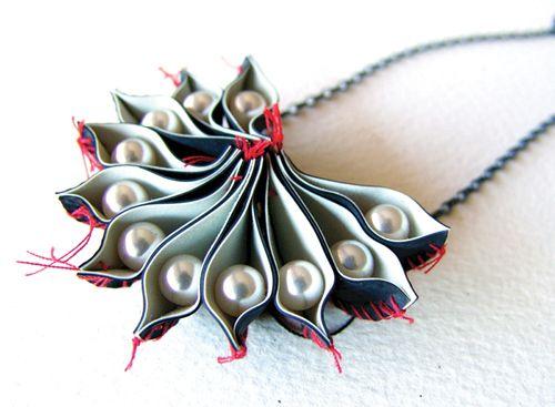 Collana Sections - Niki Stylianou - Grecia - Realizzata con gomma tagliata a mano, fili, perle e argento ossidato