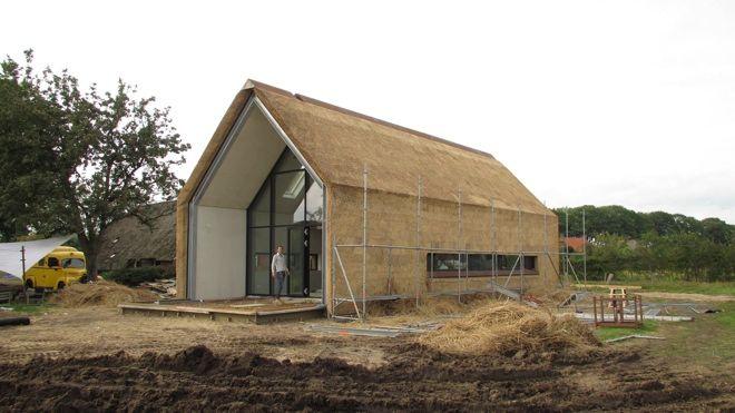 Luxe woning met modern gebruik van rieten dak (en gevel).