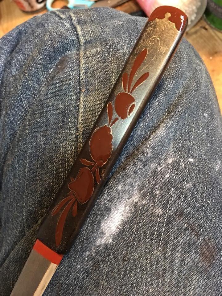 17-04-23 漆で小柄を (坂根龍我 作品 紹介№346 )   盛り上げるため、それぞれ肉をもたせて絵を描いていく。(漆上げ)