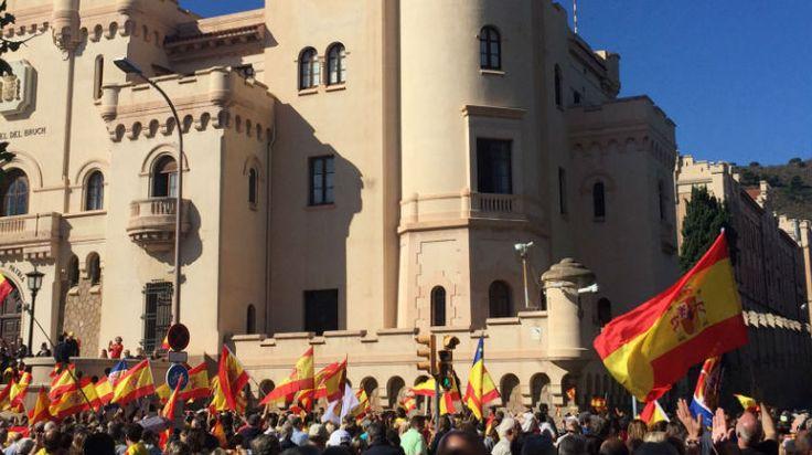 L'espanyolada es manifesta a les portes de la caserna del Bruc demanant que l'Ejército faci això