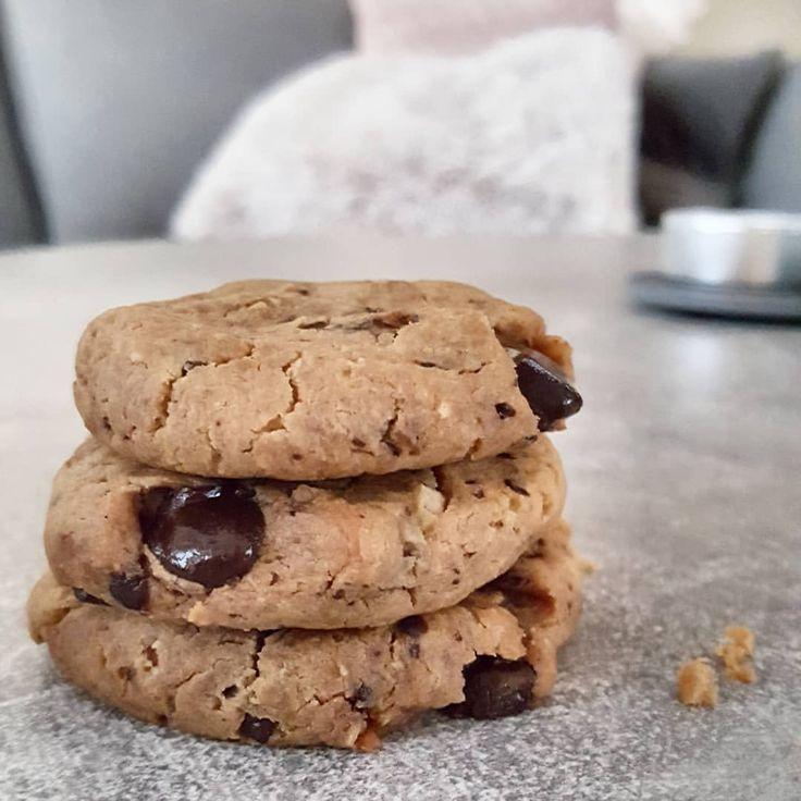 """Chocolate chip peanut butter cookies 🍪 Recept: 1 tetra kikärtor (sköljda & """"skalade"""") 1 dl jordnötssmör 2-3 msk flytande sötning (honung eller fibersirap)  vaniljpulver 1 tsk bakpulver 50g sockerfri choklad  Mixa, smaka av med salt och sukrin, rör ner hackad choklad, baka kakor ca 10-12 min 175°. Blir ca 13-14 småkakor."""
