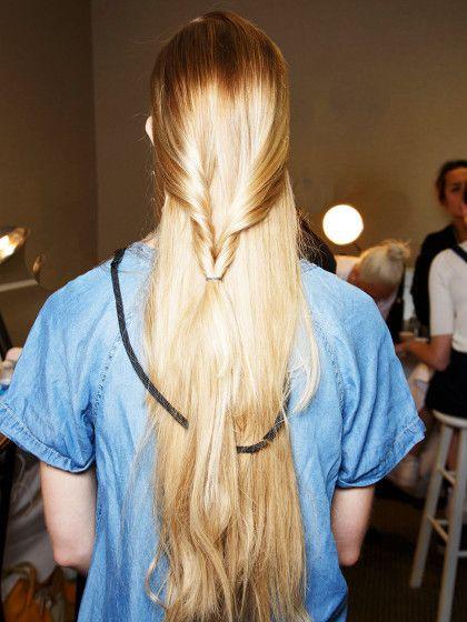 Super Frisur-Variante für lange Haare: der Schlingzopf. Am Einfachsten geht diese Frisur mit einer Zopfschlinge, die man in jedem Drogerieladen kaufen kann!