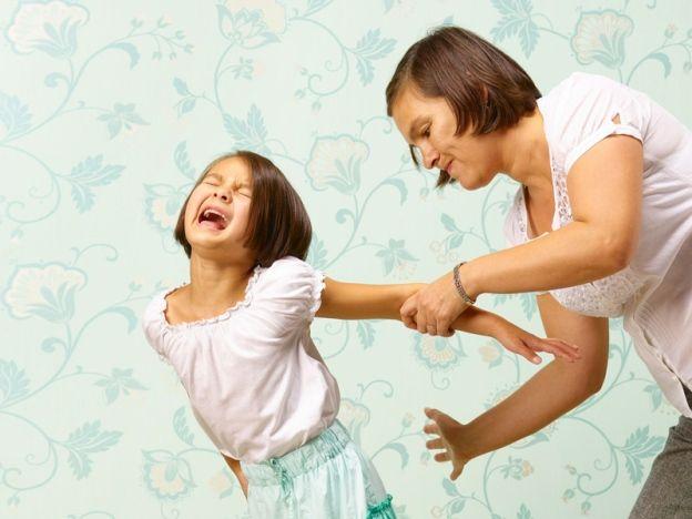 Kajian: Kanak-kanak pernah dipukul punyai prestasi lebih bagus di sekolah   PELBAGAI kisah ibu bapa yang sering kali mengkritik guru-guru di sekolah dengan mendakwa mereka mengenakan tindakan disiplin yang keterlaluan sering kali didengar.  Bukan itu sahaja didenda duduk di atas jalan tar kerana datang lewat ke sekolah turut menjadi kritikan hebat para ibu bapa yang mengatakan bahawa tindakan tersebut sudah tidak relevan lagi pada masa kini.  Jika dibandingkan dengan ibu bapa dahulu tindakan…