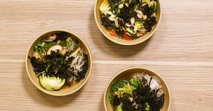 Vegansk och smakrik japansk nudelsoppa! Servera buljongensoppan med shiitakesvamp, shiratake nudlar och rostade algchips. Lätt och supergott!