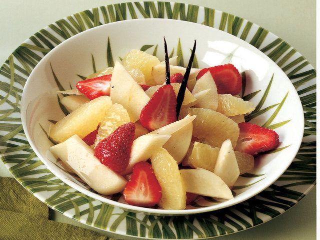 Vanilya Şuruplu Meyve Salatası  Greyfurdun lifli kısımlarını soyarken suyunu bir kaba aktarın. 100 ml su ve tozşekeri kaynatın. İçine uzunlamasına ikiye kesilmiş çubuk vanilya ve greyfurt suyunu ekleyip 3 dakika pişirin. Hazırladığınız vanilyalı şurubun içinden çubuk vanilyayı çıkartın. Çilekleri ve armutları doğrayıp kaba aktarın. İçine greyfurt dilimlerini…