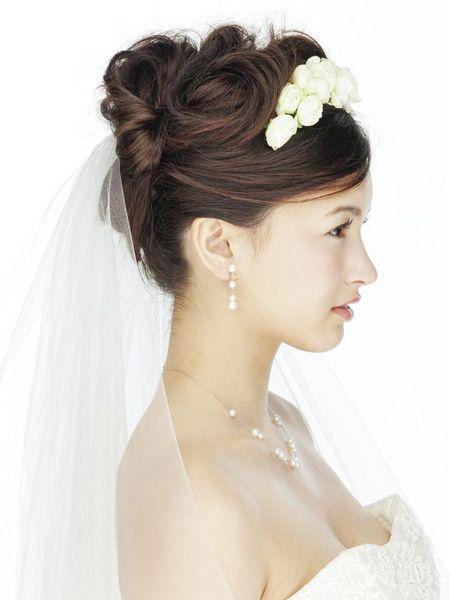 生花のティアラをあしらった妖精のような花嫁スタイル/Side アクロシェ・クール(Accroche Coeur) ヘアメイクカタログ ザ・ウエディング