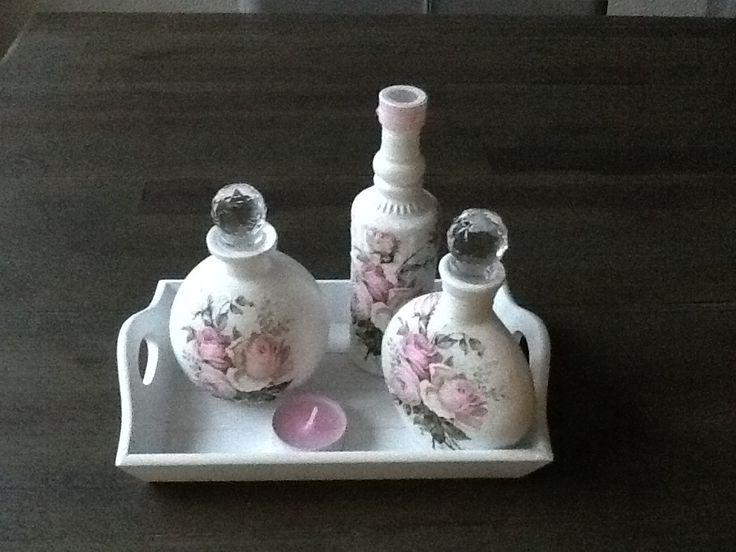 Kleine flesjes met gesso en rozenservet