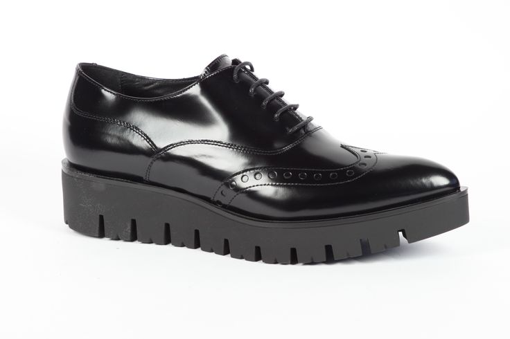 Oxford shoes daniele tucci in pelle nera con fondo alto in gomma. @dtuccishoes   #madeinitaly #madeinmarche #italianshoes #oxfordshoes