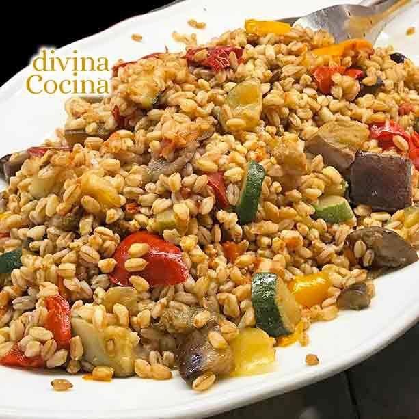 Esta receta de ensalada de trigo con verduras es completa, fácil y está buenísima. El trigo lo venden en grandes superficies, herboristerías y tiendas dietéticas.