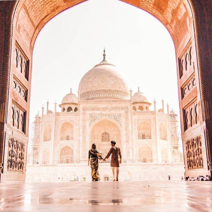 O Taj Mahal (em hindi तज महल) é um dos monumentos mais conhecidos da Índia.  É Patrimônio da Humanidade pela UNESCO e em 2007 foi anunciado como uma das Novas Sete Maravilhas do Mundo.  Mas a história do Taj Mahal não é tão feliz assim: Após a morte de sua esposa preferida durante o parto de seu 14 filho o imperador Shah Jahan mandou construir esse sumptuoso monumento de mármore branco sobre o tumulto de sua amada  Está localizado em Agra e sua construção durou quase 20 anos (entre 1632 e…