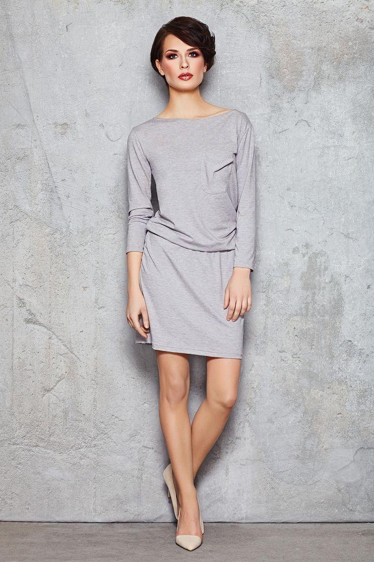 Sukienka midi, przed kolano. Luźniejszy fason zapewnia komfort noszenia. Interesującym elementem jest poszerzenie w pasie, które dodaje sukience charakteru tworząc ciekawe odcięcie. Długi rękaw przyda się w chłodniejsze wieczory lub poranki. Idealna na co dzień i do pracy. Sukienka jest dostępna w dwóch wariantach kolorystycznych.